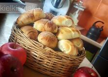 Jesienne bułeczki drożdżowe z sezonowymi owocami | kielkismaku.pl